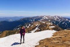 wygodna dziewczyna na górze na śniegu obrazy royalty free