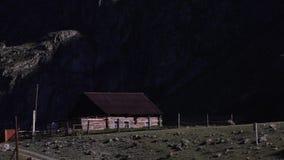 Wygodna kabina z pożarniczą jamą w górach Pólnocna Karolina zbiory wideo