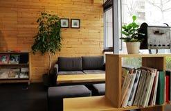 Wygodna kanapa przy kątem kawiarnia Obraz Royalty Free