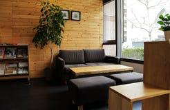 Wygodna kanapa przy kątem kawiarnia Zdjęcie Royalty Free