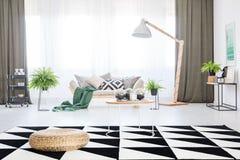 Wygodna kanapa w żywym pokoju obraz royalty free