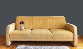 Wygodna kanapa z dekoracją zdjęcia royalty free