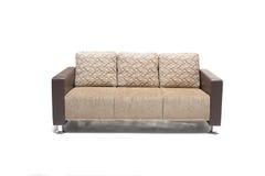 Wygodna luksusowa kanapa robić wysokiej ilości skóra w beżowym kolorze i pościel Obrazy Royalty Free