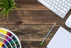 Wygodna mieszanka rocznika i technologii Biznesowy temat na drewno stole Zdjęcia Royalty Free
