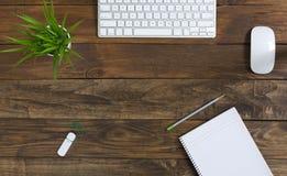 Wygodna mieszanka rocznika i technologii Biznesowy temat na drewno stole Fotografia Stock