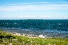 Wygodna plaża morze bałtyckie z skałami i zielonym vegetat fotografia stock