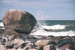 Wygodna plaża morze bałtyckie z wodą rozbija na r Zdjęcie Stock