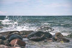 Wygodna plaża morze bałtyckie z wodą rozbija na r Fotografia Royalty Free