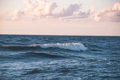 Wygodna plaża morze bałtyckie z wodą rozbija na r Zdjęcie Royalty Free