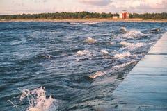 Wygodna plaża morze bałtyckie z wodą rozbija na r Obraz Stock