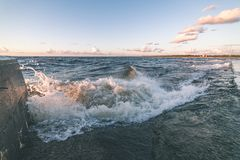 Wygodna plaża morze bałtyckie z wodą rozbija na r Obraz Royalty Free