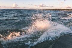 Wygodna plaża morze bałtyckie z wodą rozbija na r Zdjęcia Royalty Free