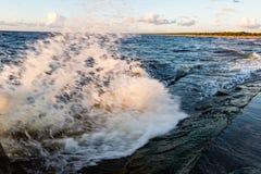 Wygodna plaża morze bałtyckie z wodą rozbija na r Obrazy Royalty Free