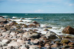Wygodna plaża morze bałtyckie z wodą rozbija na r fotografia stock