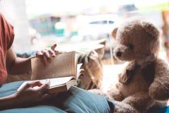 Wygodna poduszka i dziewczyna czyta książkę, obrazy stock