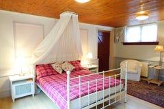 Wygodna rocznik wioski stylu sypialnia w bielu i menchii kolorach Zdjęcia Stock