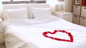 Wygodna sypialnia dekorująca dla valentines dnia zbiory