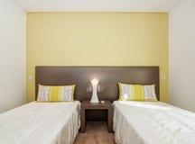 Wygodna sypialnia w cieniach kolor żółty zdjęcie stock