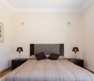 Wygodna sypialnia z łóżkiem obraz stock