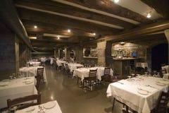 Wygodna zaciszność i ciepła oświetleniowa restauracja z kamiennymi ścianami zdjęcia stock