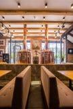 Wygodne kanapy w eleganckiej restauraci Zdjęcia Stock