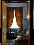 Wygodne kanapy z poduszkami i draperią fotografia royalty free