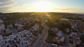 Wygodni budynki mieszkaniowi dla turystów w Cypr uciekają się, zmierzch na horyzoncie zbiory wideo