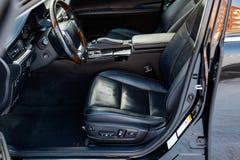 Wygodni miejsca na przedzie wśrodku samochodu: pasażer i, nowożytny wewnętrzny projekt obraz royalty free