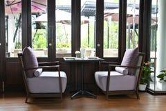 Wygodny łomota stół restauracja Obraz Stock