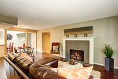 Wygodny żywy pokój z graby i skóry kanapą Obraz Royalty Free