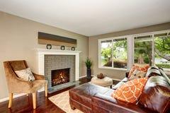Wygodny żywy pokój z graby i skóry kanapą Fotografia Stock