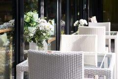 Wygodny ciepły bielu stół i krzesło, restauracja Fotografia Stock