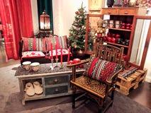 Wygodny czerwony pokój z świeczkami fotografia stock