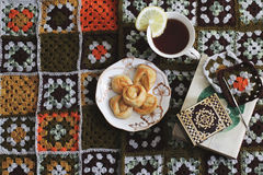 Wygodny czytanie o herbacie Zdjęcie Royalty Free