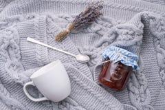 wygodny dom handluje porcelany świeżego porcelanowe truskawek herbatę razem Biała filiżanka z łyżką, lawendy gałąź i dżemem w sło Obraz Royalty Free