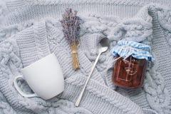 wygodny dom handluje porcelany świeżego porcelanowe truskawek herbatę razem Biała filiżanka z łyżką, lawendy gałąź i dżemem w sło Obrazy Stock
