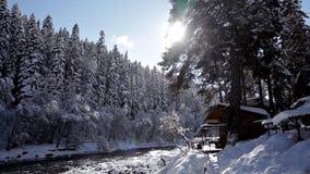 Wygodny dom na wsi jeziorem, wszystko w śniegu zbiory