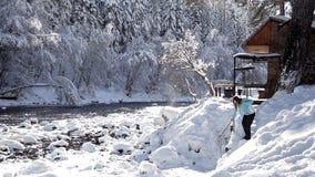 Wygodny dom na wsi jeziorem, wszystko w śniegu zdjęcie wideo