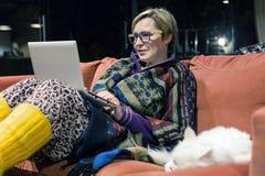 Wygodny Domowy wnętrze i kobieta używa komputer wraz z kotem obrazy royalty free