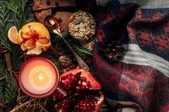 Wygodny elegancki bożego narodzenia mieszkanie kłaść z świeczką i teraźniejszość z r Fotografia Stock