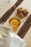 Wygodny i miękki zimy tło Filiżanka herbata i ciepły trykotowy pulower Obraz Royalty Free