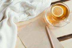 Wygodny i miękki zimy tło Filiżanka herbata i ciepły trykotowy pulower Zdjęcie Royalty Free