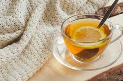 Wygodny i miękki zimy tło Filiżanka herbata i ciepły trykotowy pulower Obraz Stock