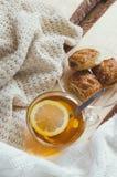 Wygodny i miękki zimy tło Filiżanka herbata i ciepły trykotowy pulower Fotografia Royalty Free