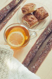 Wygodny i miękki zimy tło Filiżanka herbata i ciepły trykotowy pulower Obrazy Stock
