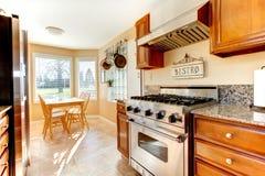 Wygodny jaskrawy kuchenny pokój z łomotać teren Obraz Royalty Free