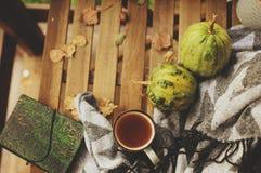 Wygodny jesień ranek przy dom na wsi, filiżanką herbata i ciepłą koc na drewnianym stole, Zdjęcie Royalty Free