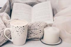 Wygodny knitwear i filiżanka kawy z tortem na bielu wykładamy marmurem windowsill przeciw białemu nadokiennemu tłu kosmos kopii obraz royalty free