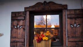 Wygodny Piękny okno z kwiatami i Drewnianymi żaluzjami w Wiejskim domu na wsi zbiory