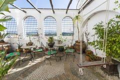 Wygodny podwórze z roślinami zdjęcia royalty free